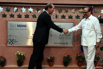 Nestlé CEO Paul Bulcke (l) shakes hands with Tariq Anwar, Indias Honourable Minister of State for Agriculture and Food Processing Industry (r).