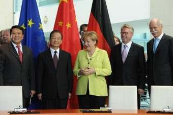 The signing ceremony was held in Berlin in the presence of German Chancellor Dr. Angela Merkel and the Chinese Prime Minister Wen Jiabao. Attending were Dr. Dieter Zetsche, Chairman of the Board of Management of Daimler AG and Head of Mercedes-Benz Cars, Ulrich Walker, Chairman and CEO of Daimler Northeast Asia, and Xu Heyi, Chairman of BAIC. (Left to right: Xu, Prime Minister Wen, Chancellor Merkel, Walker, Zetsche)