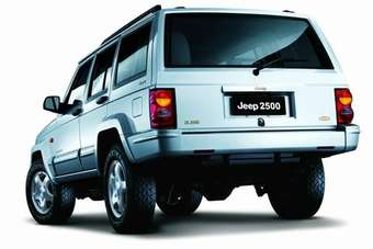 The Cherokee-based Jeep 2500 was assembled in China from 1985 to 2005 (this is a 2003). Apart from detail styling changes compared with the US version over the years, there were also locally-developed long wheelbase and high roof versions