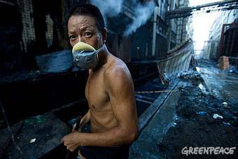 Every morning, workers at a denim factory in GuangDong must search wastewater to scoop out stones that are washed with the fabric to make stonewash denim. © Qiu Bo/Greenpeace
