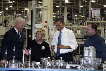 Vice president Joe Biden (left), plant manufacturing manager Dee Dee Simpson (left centre), president Barack Obama (right centre), and UAW committeeman Matt Jarvis (right), discuss transmission parts in Kokomo