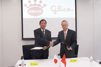 KDCs Tran Le Nguyen and Ezakis Katsuhisa Ezaki shake on the deal