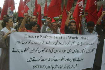 Workers demonstrate in Karachi following the factory fire at Ali Enterprise