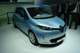 Production zero emission Zoe gives clues to the look of the redesigned Clio due to debut at Paris in September.