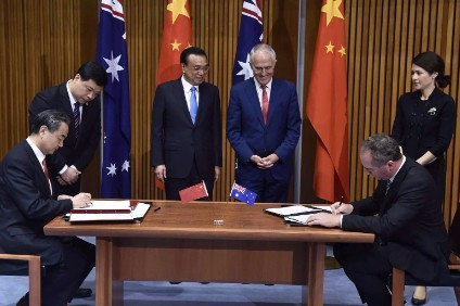China Premier Keqiang (centre left) and Australia Prime Minister Malcolm Turnbull (centre right) witness signing of agreement