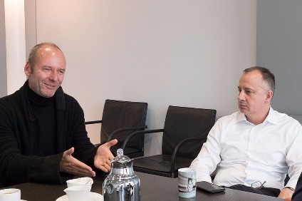 Martin Hofmann (right), the head of VW group IT, and Hartmut Neven, the development director of the Google Quantum Artificial Intelligence Laboratory, discuss their companies goals in the partnership