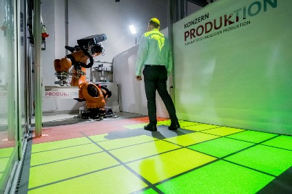 No parking in the red zone - test robot shows how variable safety zones can be shown to worker