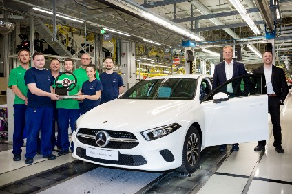 For the start of production of the new A-Class, apprentices from the Rastatt plant in Germany produced a steering wheel model using modern additive production processes. The steering wheel has a screen on which employees can store greetings for the next plant in the ramp-up cascade. The steering wheel is passed on from plant to plant like a baton