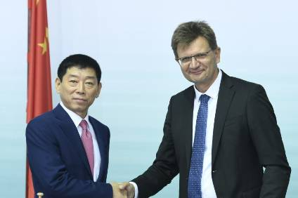 Deal done: L-r.: Wei Jianjun, Founder and Chairman of Great Wall Motor, and Klaus Fröhlich, Member of the Board of Management of BMW AG, Development