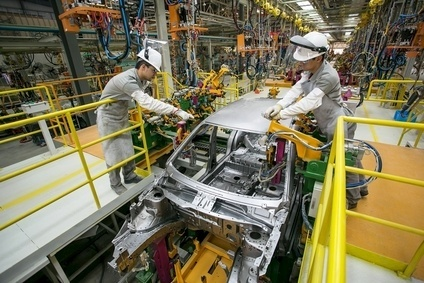 Chery has just inaugurated its 150,000-unit plant in Jacareí (São Paulo state), although the actual start of production isnt due until the end of the year. Here, technicians adjust a jig on the body line
