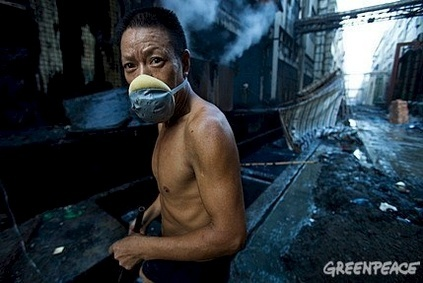 Worker at a denim washing factory in GuangDong (Photo credit: Qiu Bo/Greenpeace)