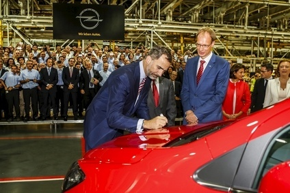 Spanish king Felipe VI signed the first Zaragoza-assembled Opel Mokka watched by Opel Group CFO Michael Lohscheller